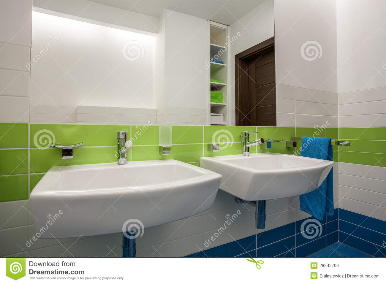 Maison De Travertin - Salle De Bains Photo stock - Image du ...