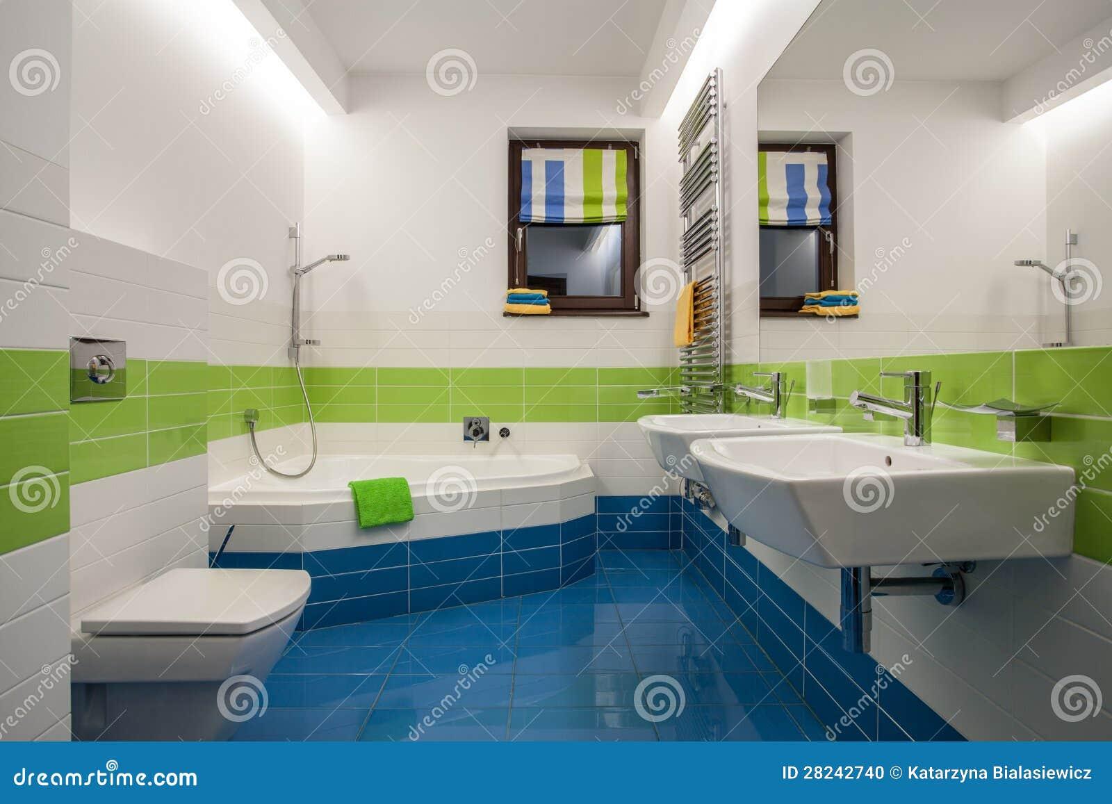 Salle de bain travertin moderne avec haute définition ...