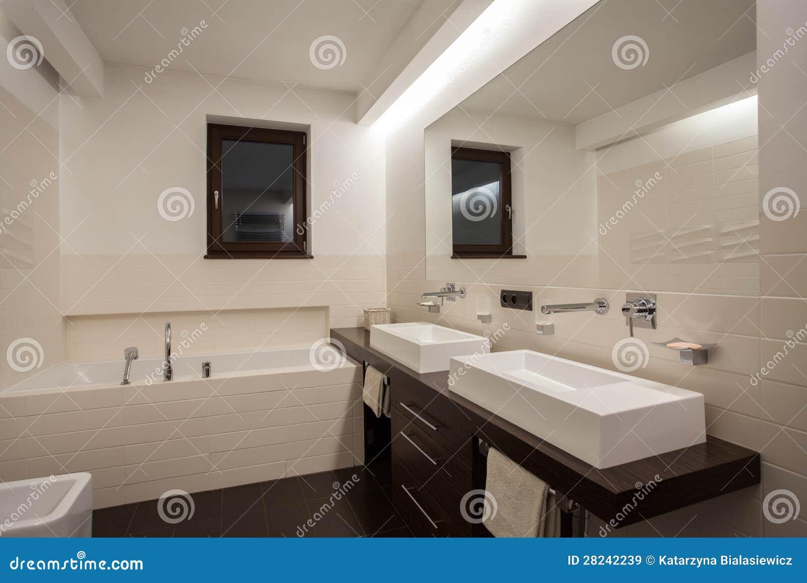 Maison de travertin salle de bains moderne images libres for Des salles de bain modernes