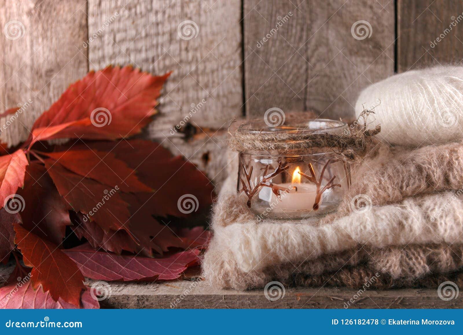 Maison douce Décor d automne de chute de Noël sur le fond en bois de vintage Photo monochrome, style de hygge
