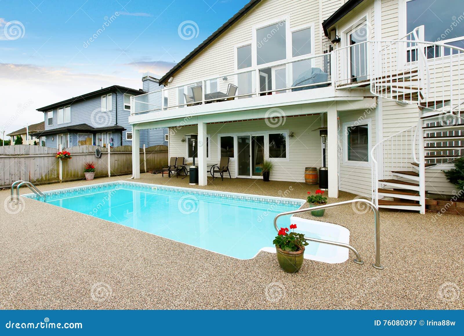 Maison du nord-ouest luxueuse avec la grande piscine et les places assises couvertes