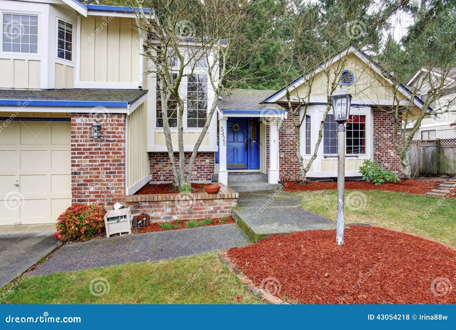 maison du nord ouest traditionnelle jaune avec la brique rouge photo stock image 43054218. Black Bedroom Furniture Sets. Home Design Ideas