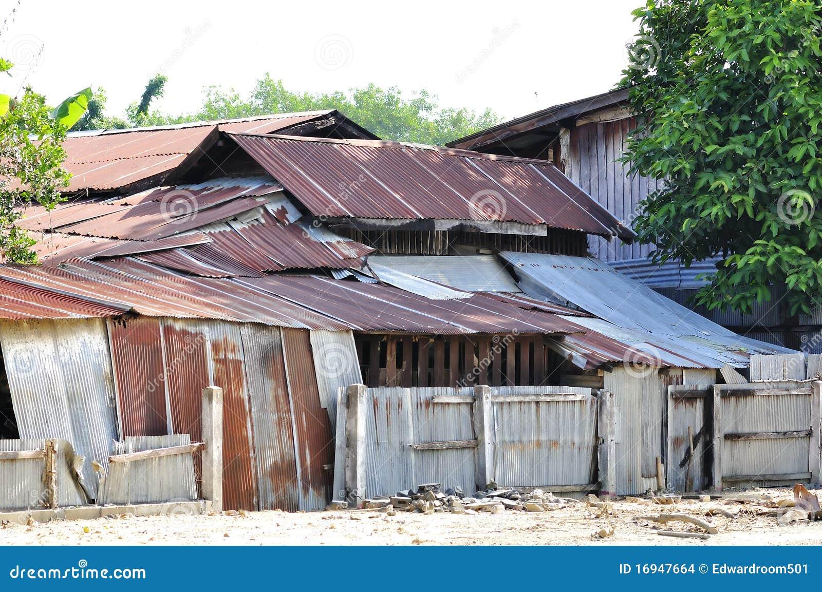 Maison du r sidant un de taudis avec une feuille de zinc for Feuille de zinc prix