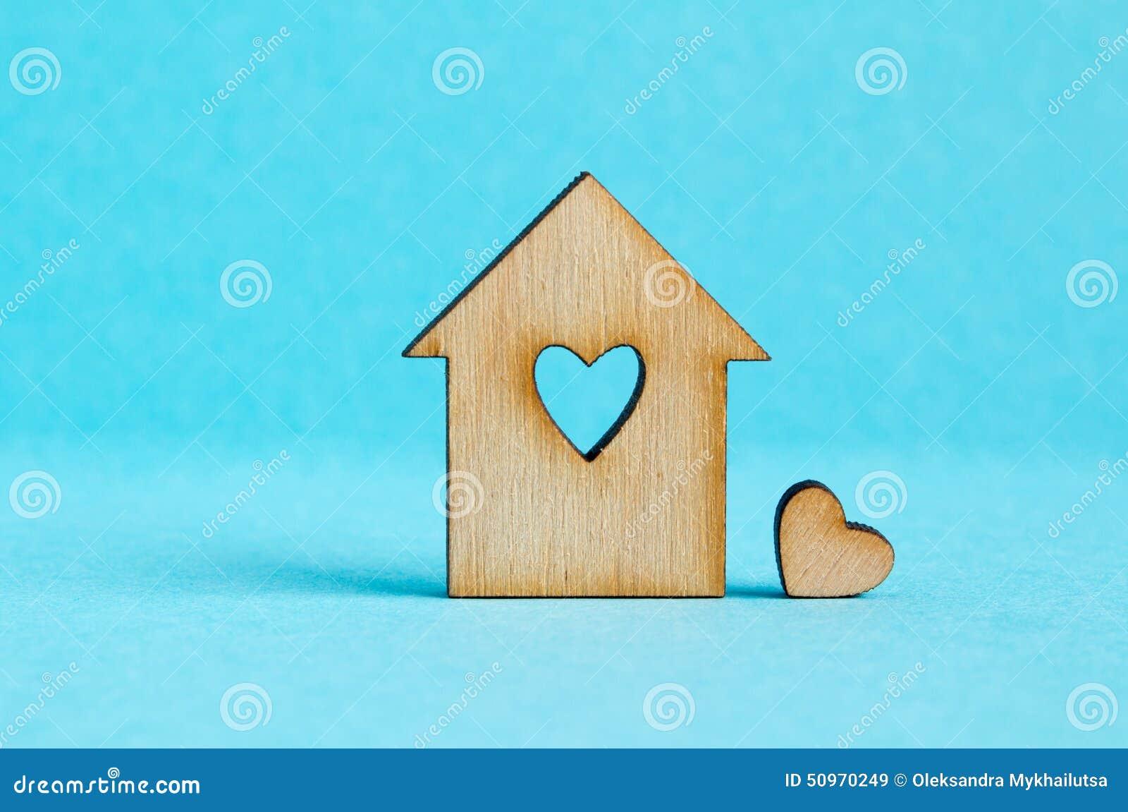Maison en bois avec le trou sous forme de coeur avec peu for Forme de maison