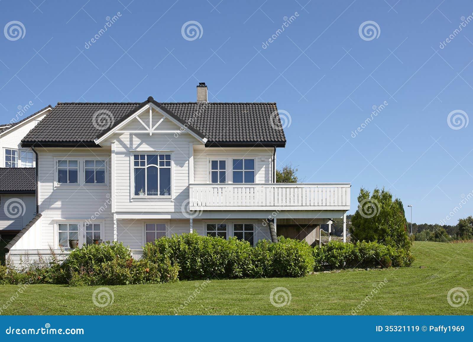 maison en bois blanche moderne en norv ge. Black Bedroom Furniture Sets. Home Design Ideas