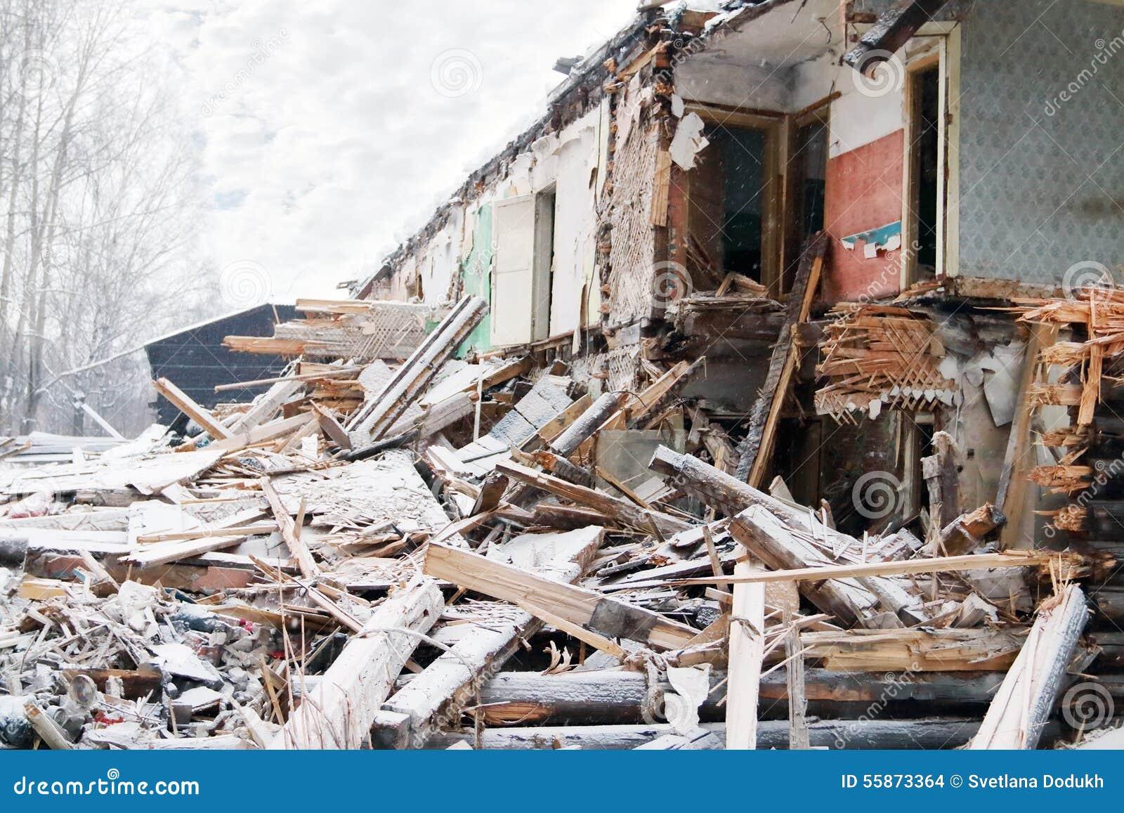 maison en bois cass e faite de rondins pendant les chutes de neige photo stock image 55873364. Black Bedroom Furniture Sets. Home Design Ideas