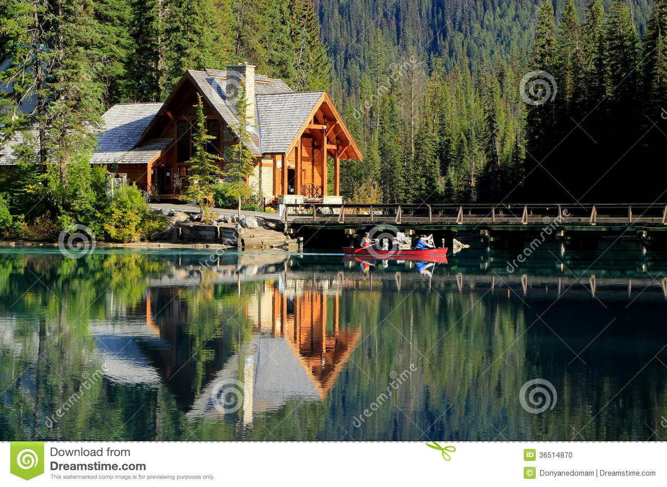 Maison en bois chez emerald lake yoho national park canada photo stock image 36514870 for Photo de maison au canada