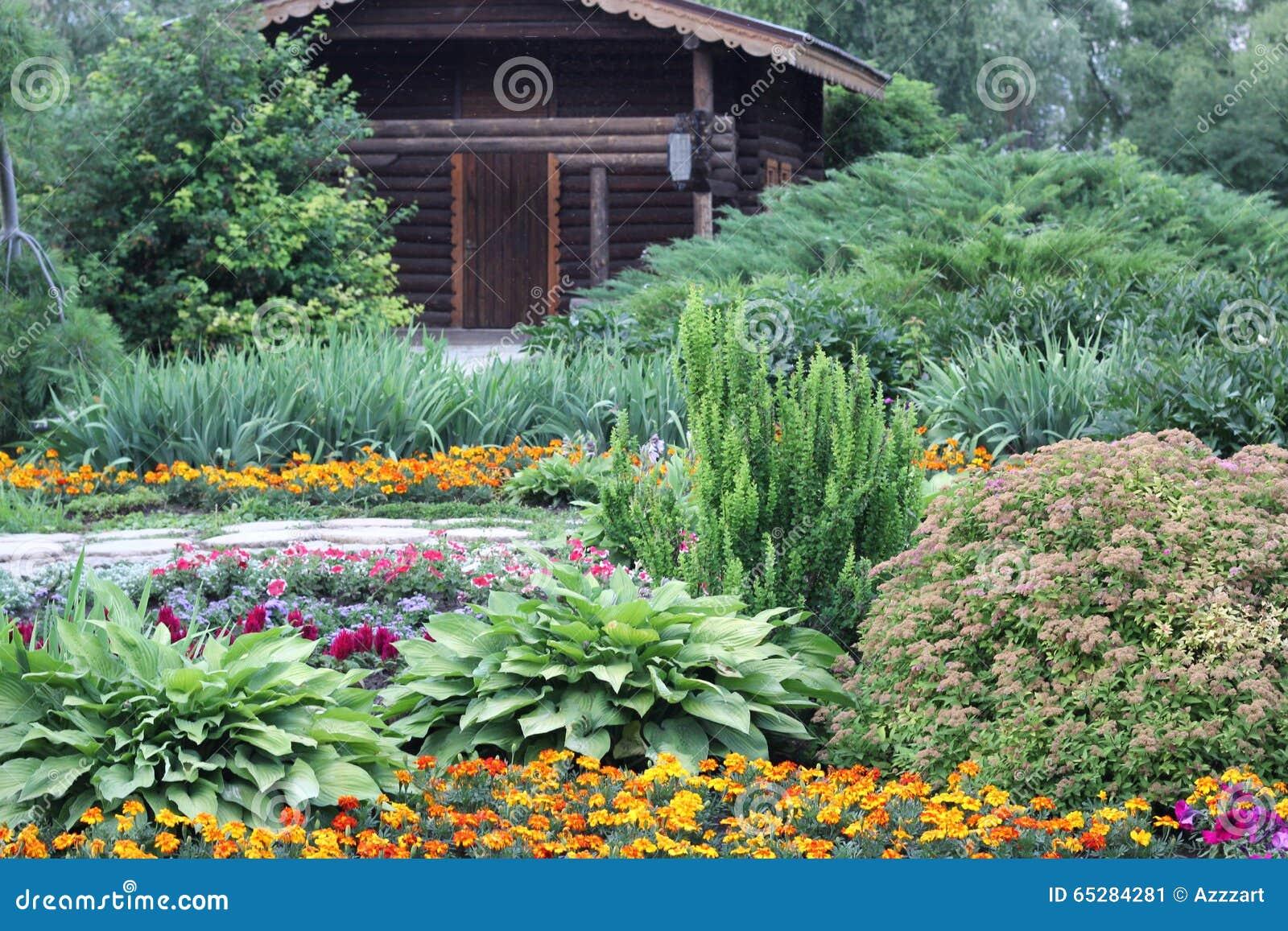 Maison En Bois Dans Le Jardin Fleuri Image Stock Image Du