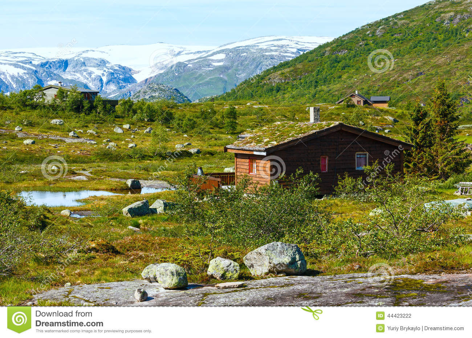 maison en bois en montagne d 39 t norv ge photo stock image 44423222. Black Bedroom Furniture Sets. Home Design Ideas