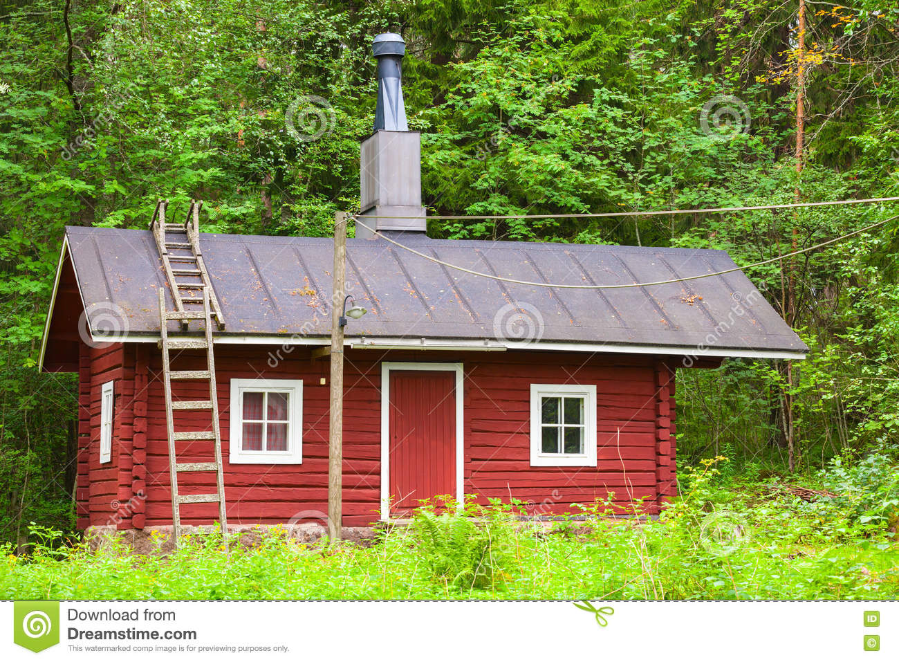 Maison en bois rouge scandinave traditionnelle photo stock for Maisons scandinaves en bois
