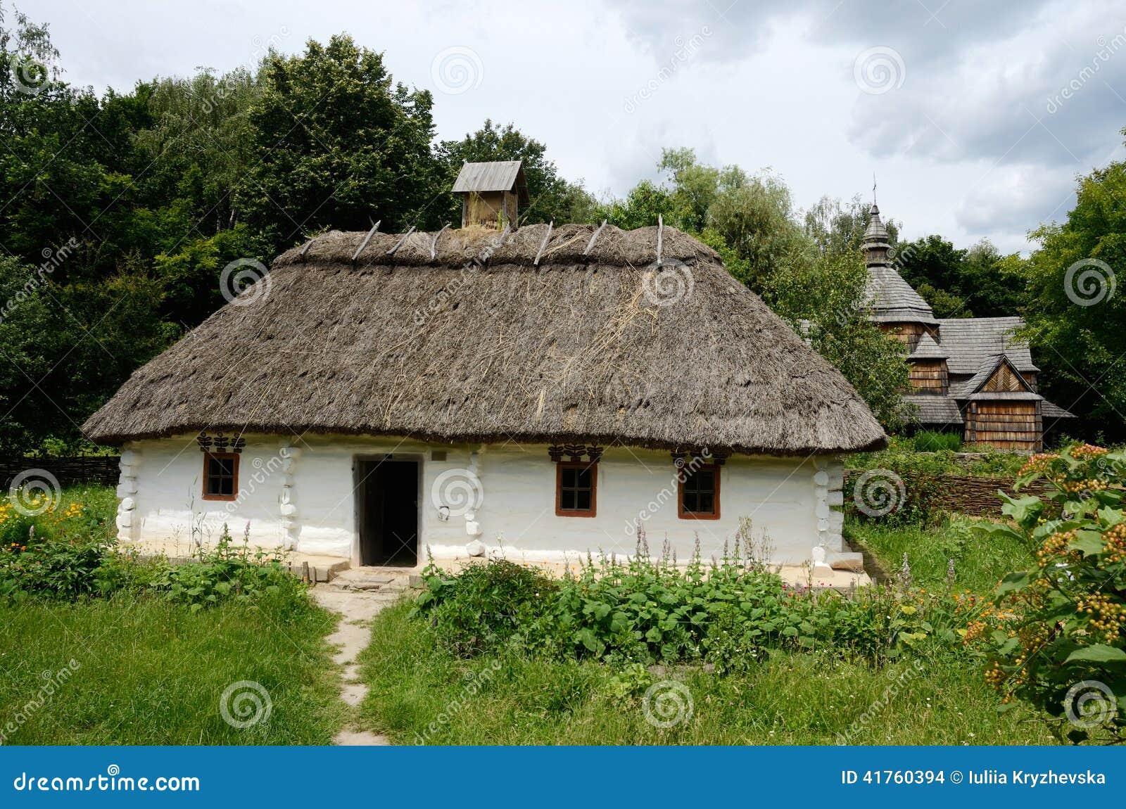 Maison en bois rurale ukrainienne traditionnelle blanche avec le toit de foin photo stock for Construction de maison rurale