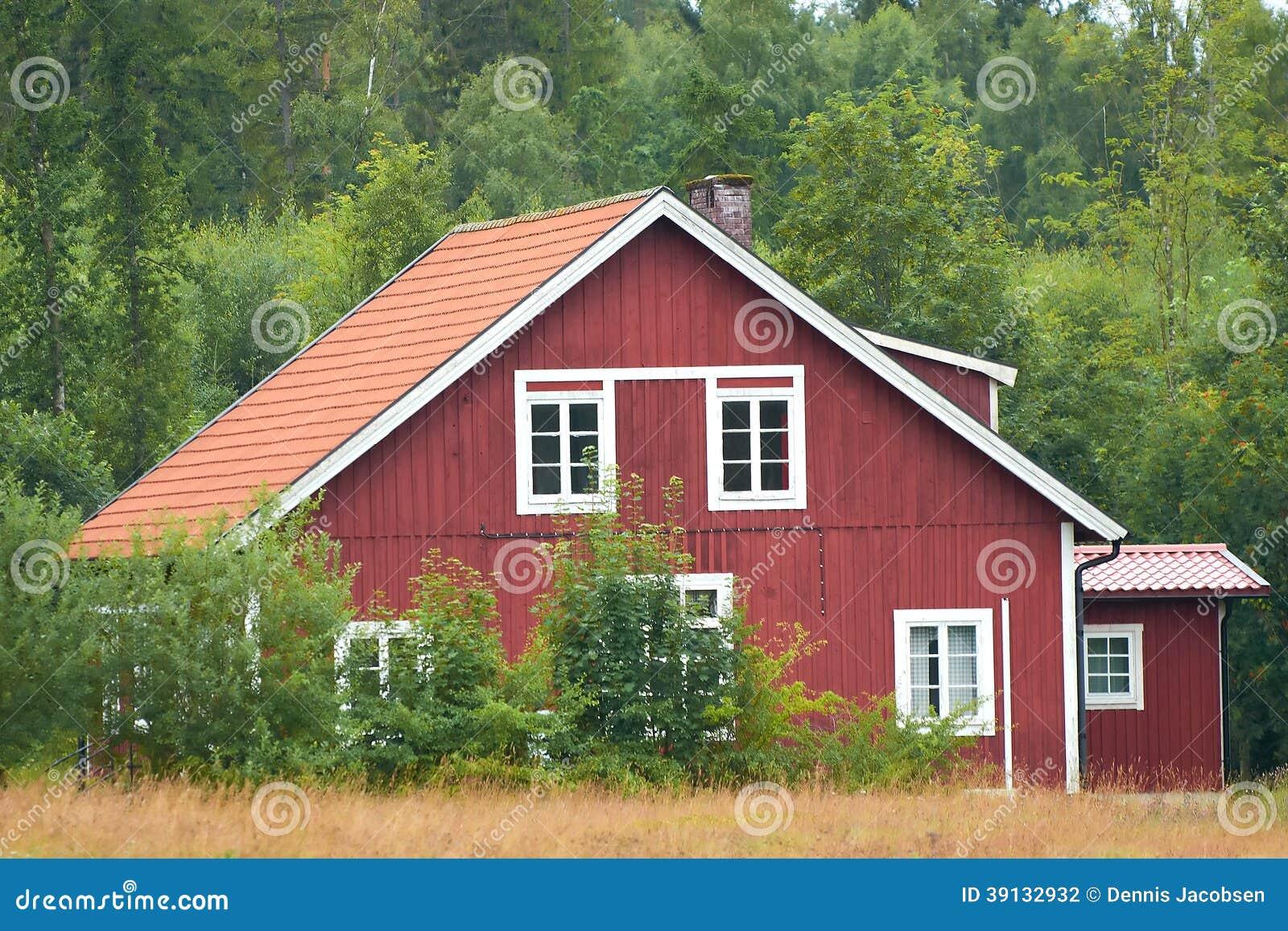 Maison en bois su doise rouge photo stock image 39132932 for Maison suedoise en bois