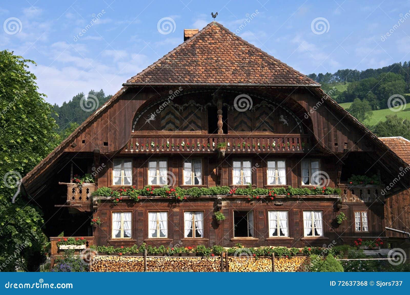 maison en bois suisse typique dans le village de montagne. Black Bedroom Furniture Sets. Home Design Ideas