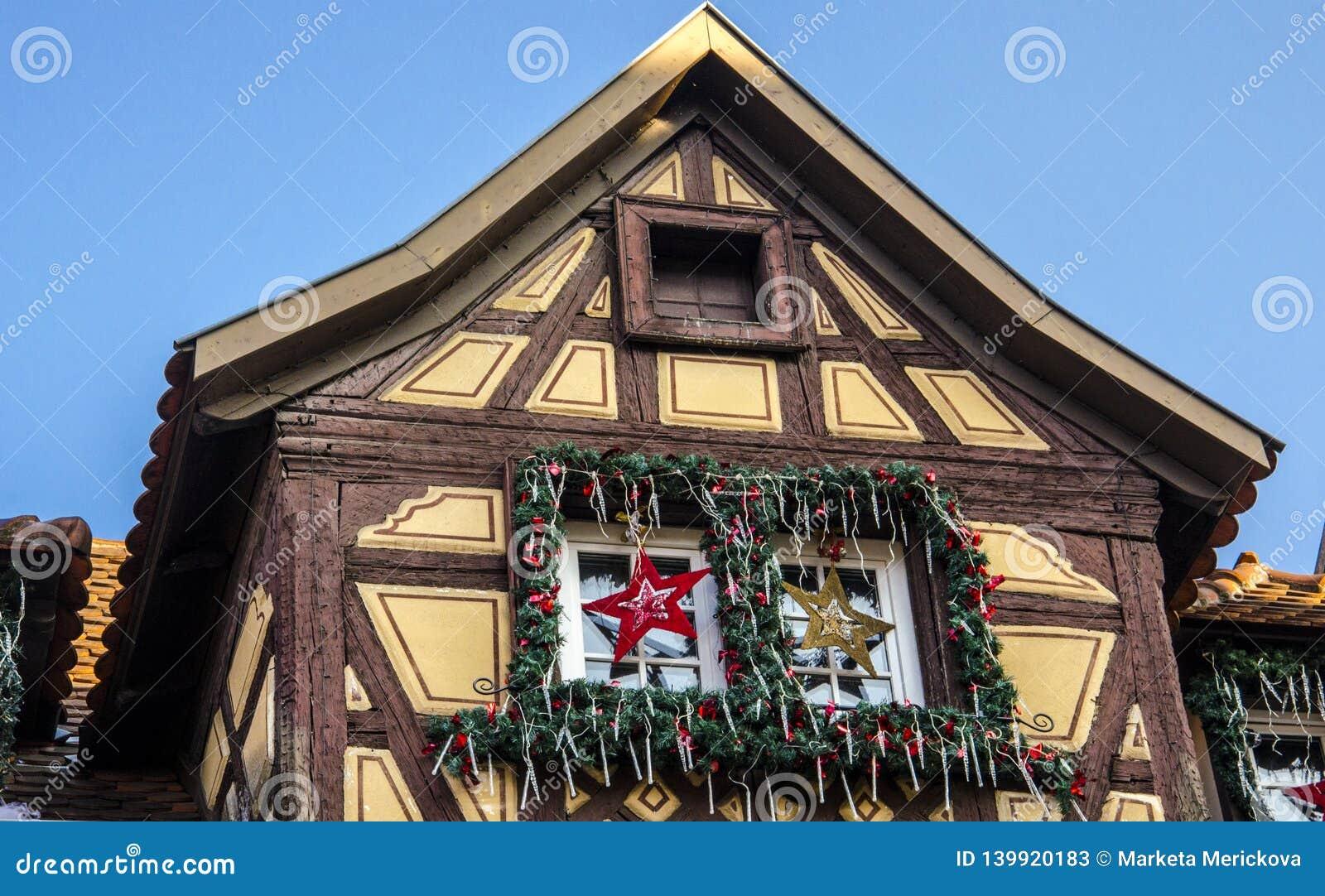 Maison en bois traditionnelle en Alsace avec des décorations de Noël