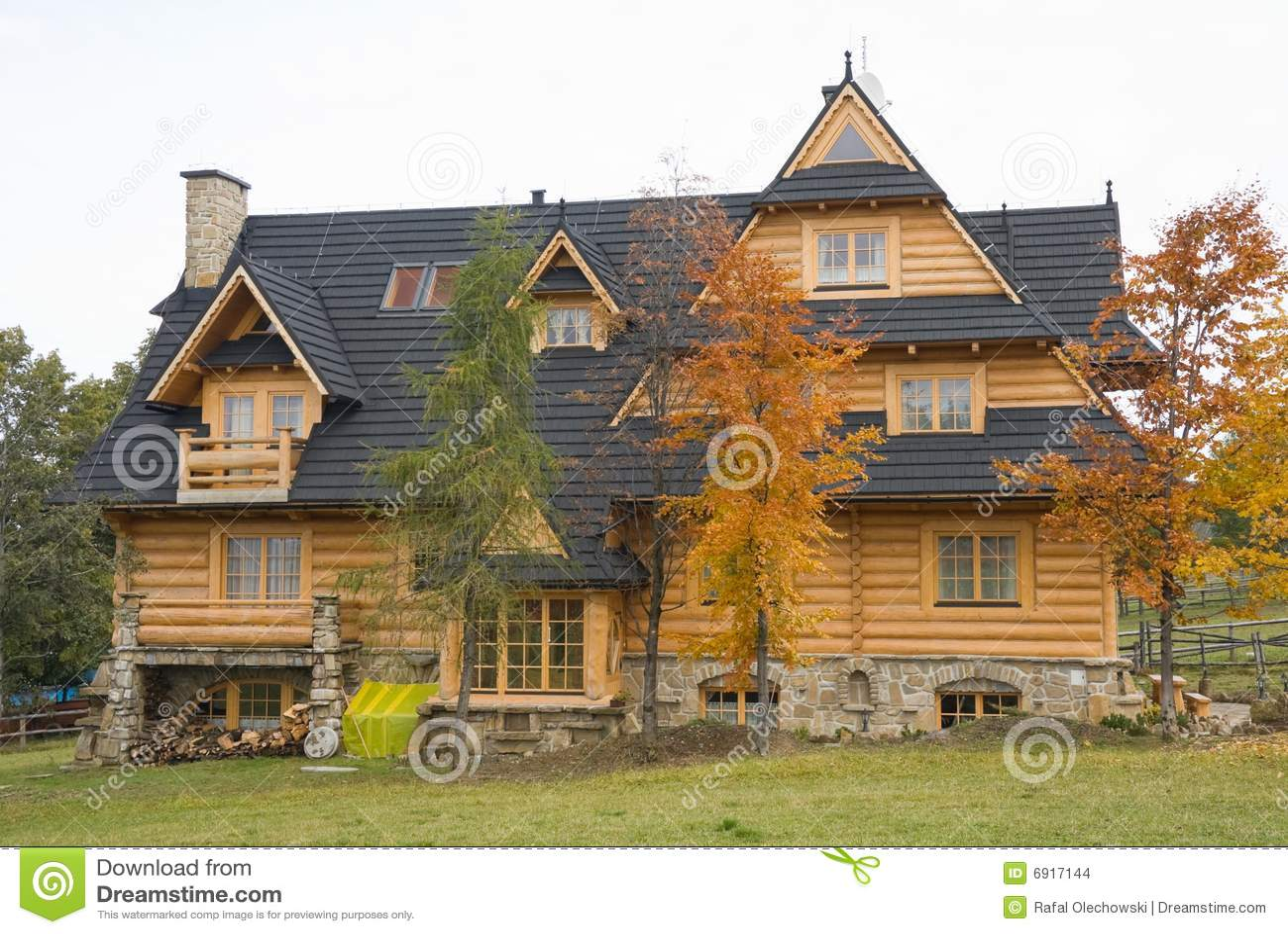 Maison En Bois Traditionnelle En Montagnes Images stock  Image 6917144