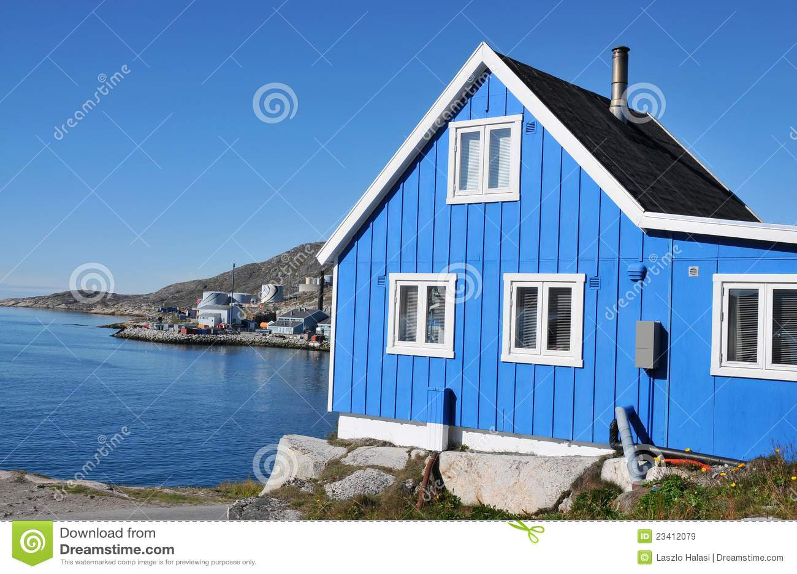 maison en bois type de p cheur dans qaqortoq groenland images libres de droits image 23412079. Black Bedroom Furniture Sets. Home Design Ideas