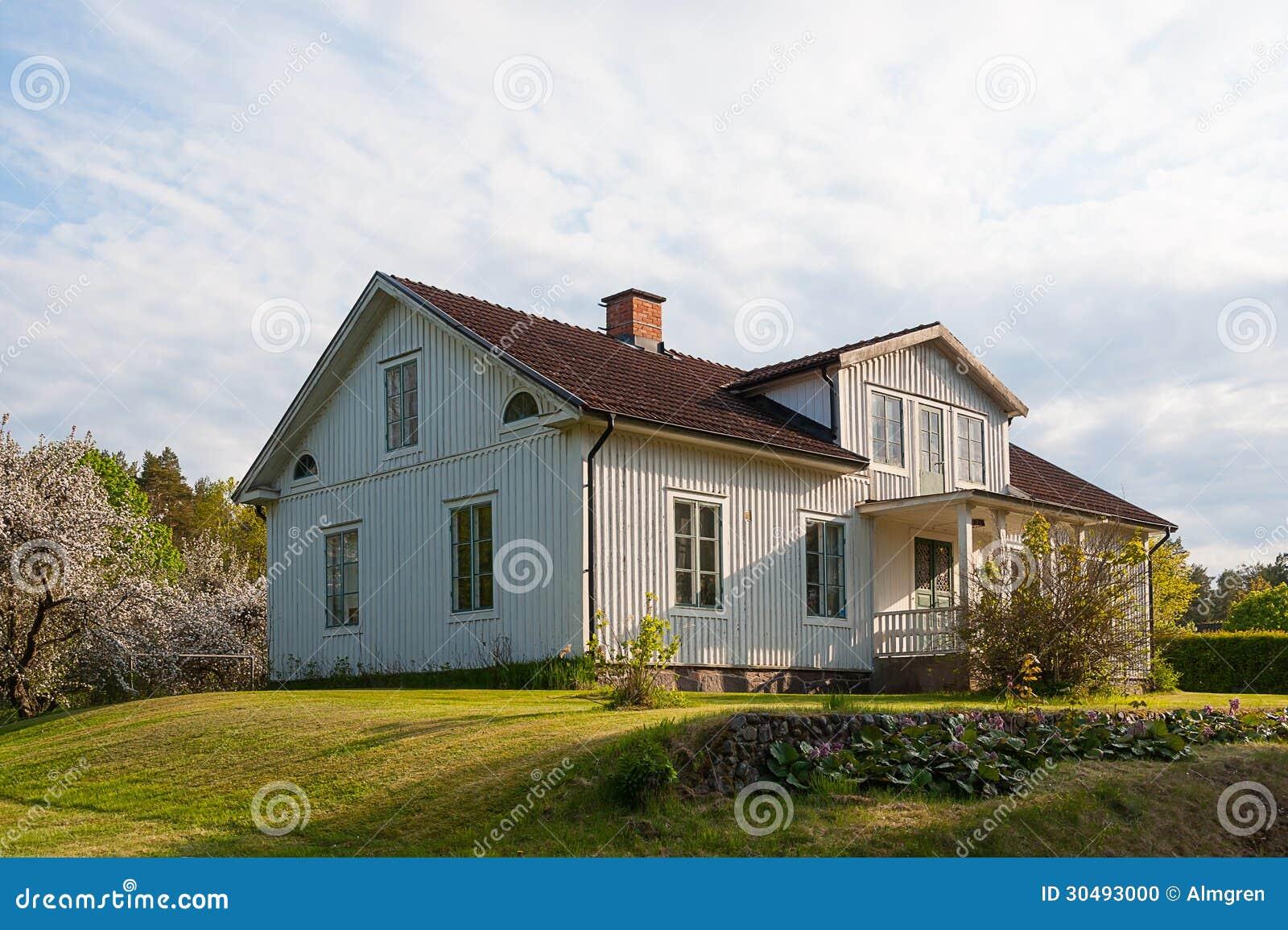 maison en bois typique peinte dans gris clair en sude