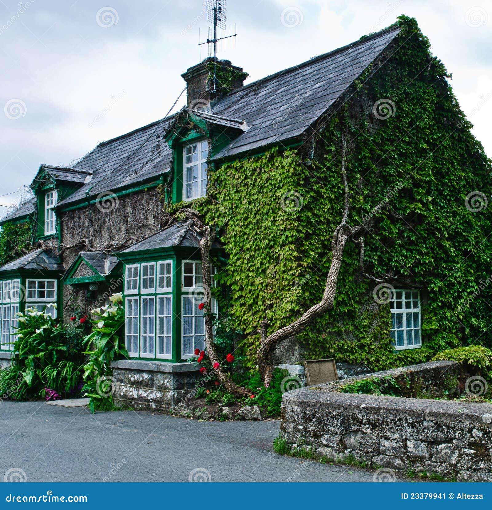 maison en irlande image stock image du maison jardin 23379941. Black Bedroom Furniture Sets. Home Design Ideas