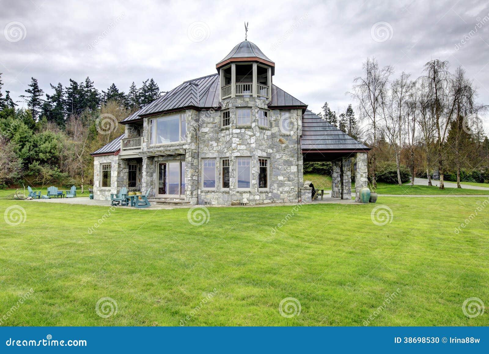 Maison en pierre tonnante avec un grand porche de colonne for Maison avec une tour
