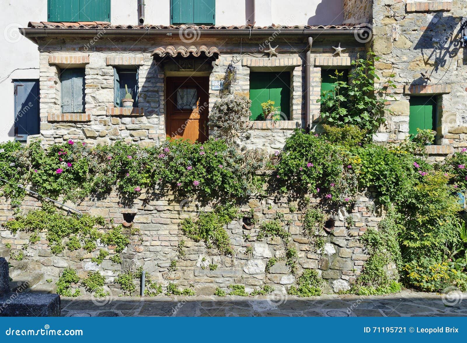 Maison en pierre avec la d coration de fleur photo stock for Achat maison brix