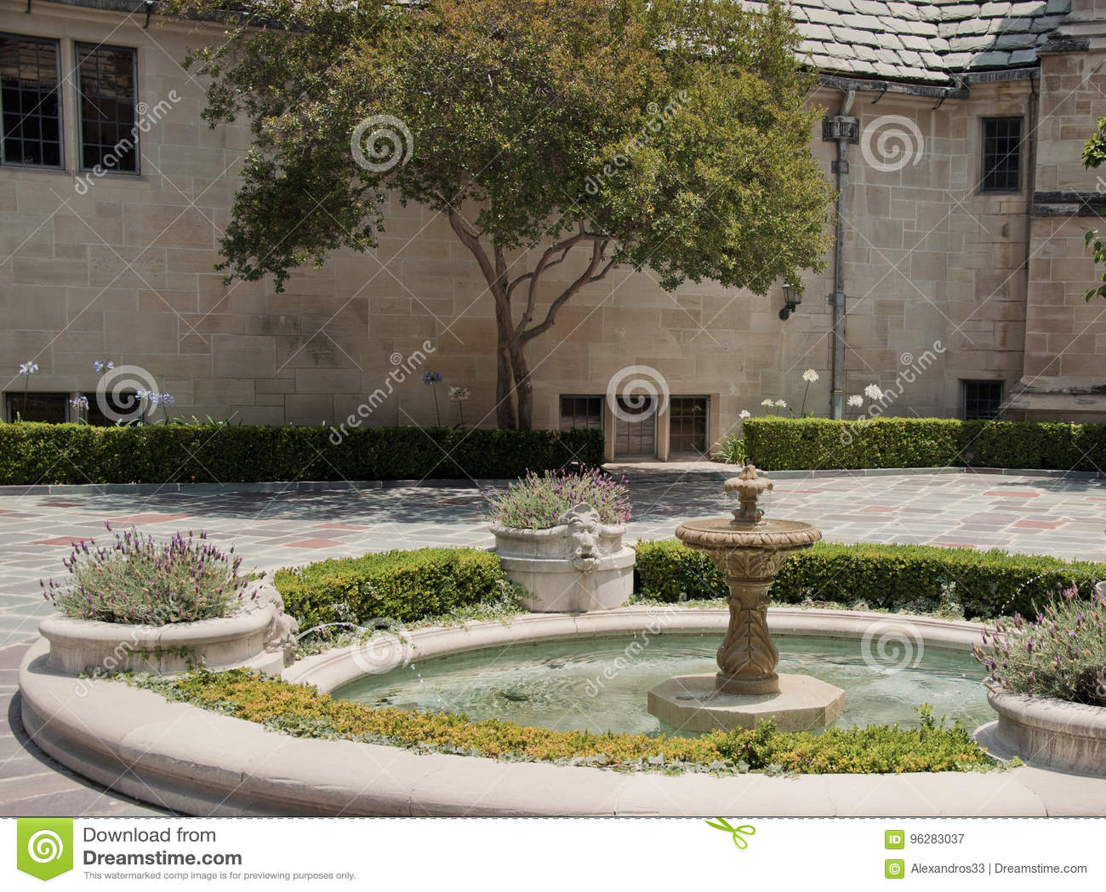 Maison En Pierre Avec Le Beau Jardin Ensoleille Image Stock Image