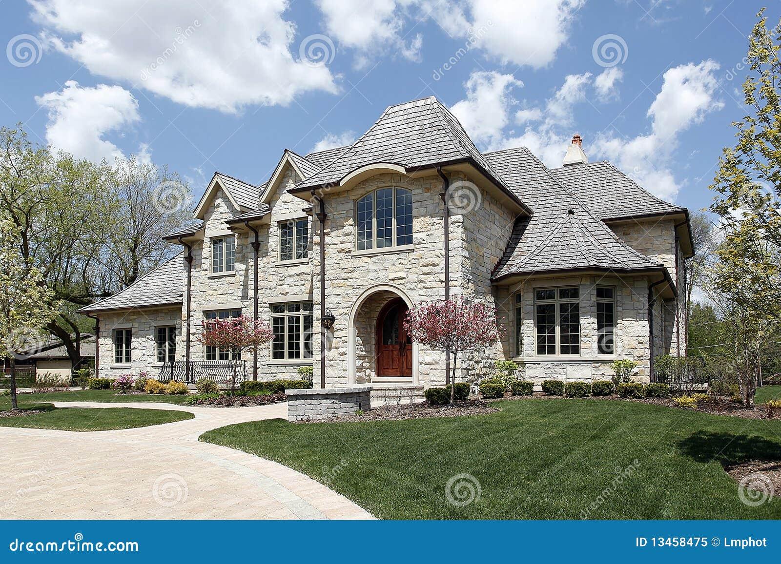 Maison en pierre de luxe image stock image du pelouse for Construire une maison en pierre