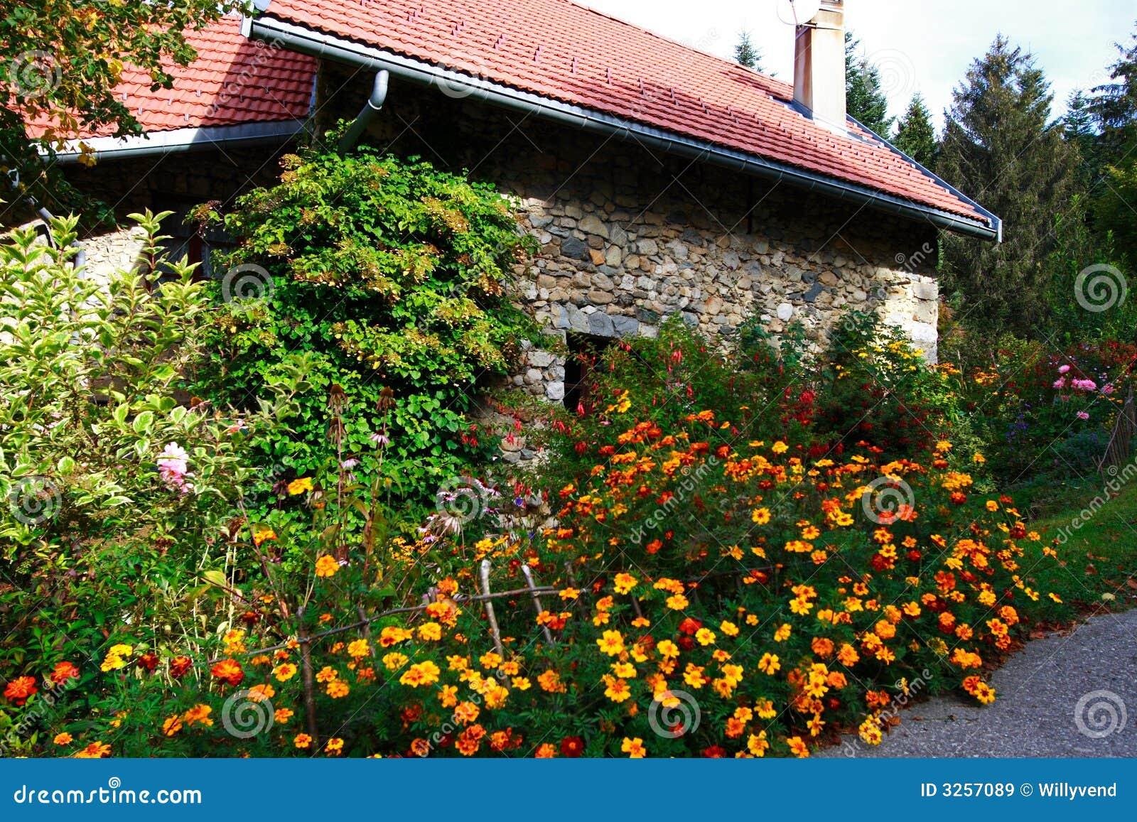 Maison en pierre fleurie images libres de droits image for Jardin maison de campagne