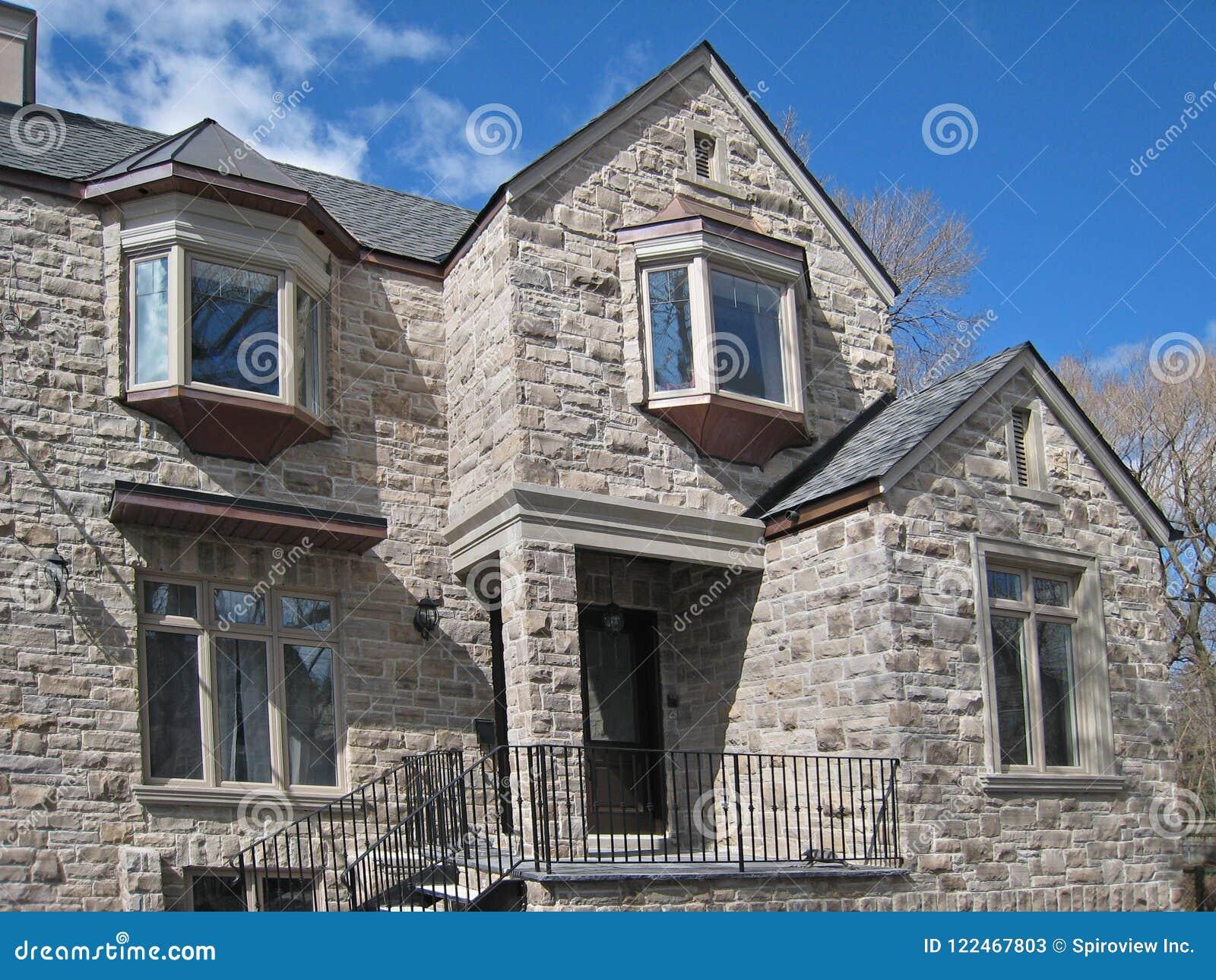 Maison en pierre moderne image stock. Image du cultivé - 122467803