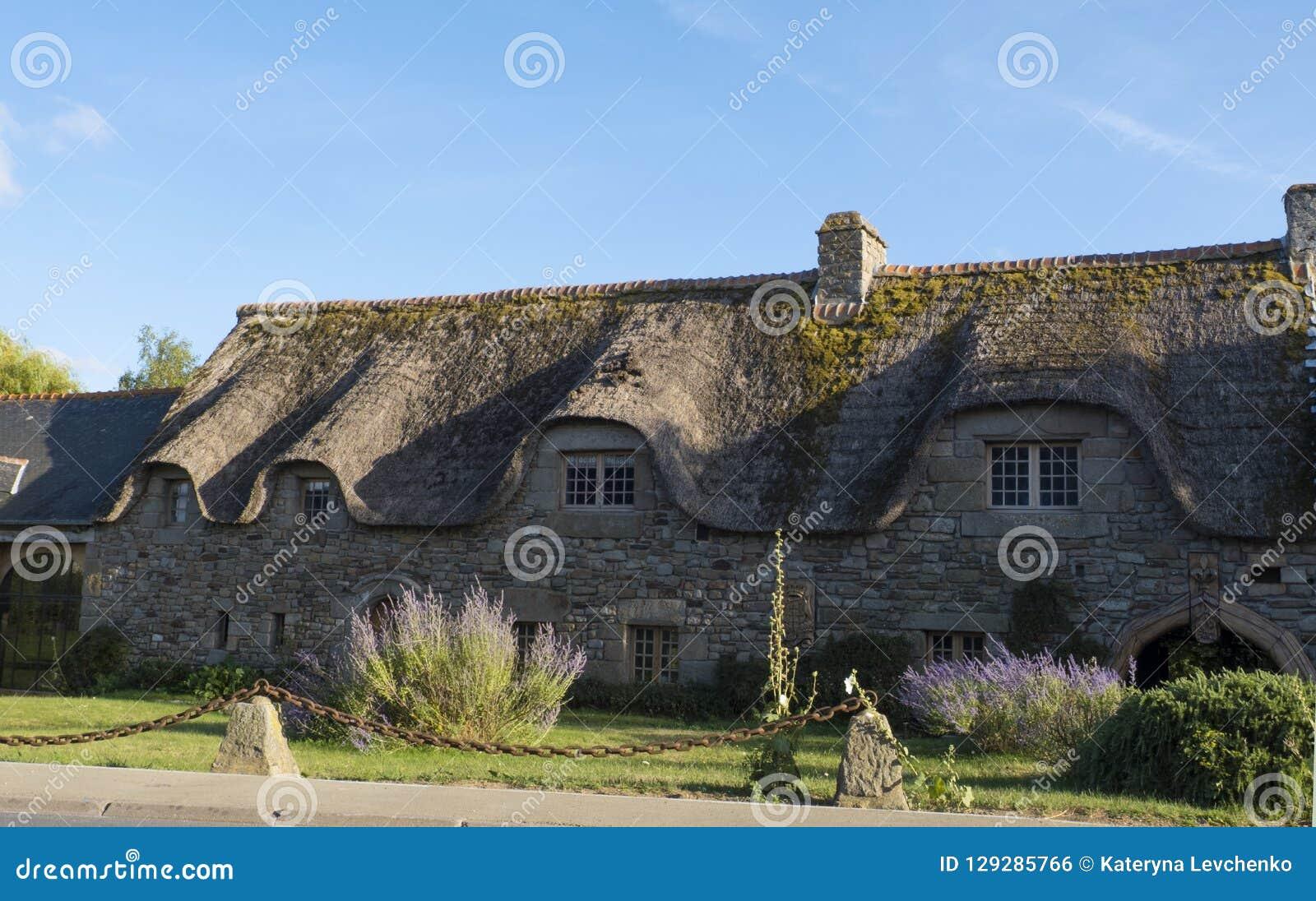 Maison Toit De France maison en pierre traditionnelle avec le toit couvert de