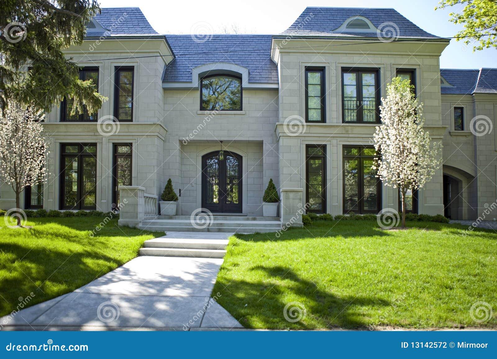 Jardin À L Américaine maison et jardin américains. photo stock - image du