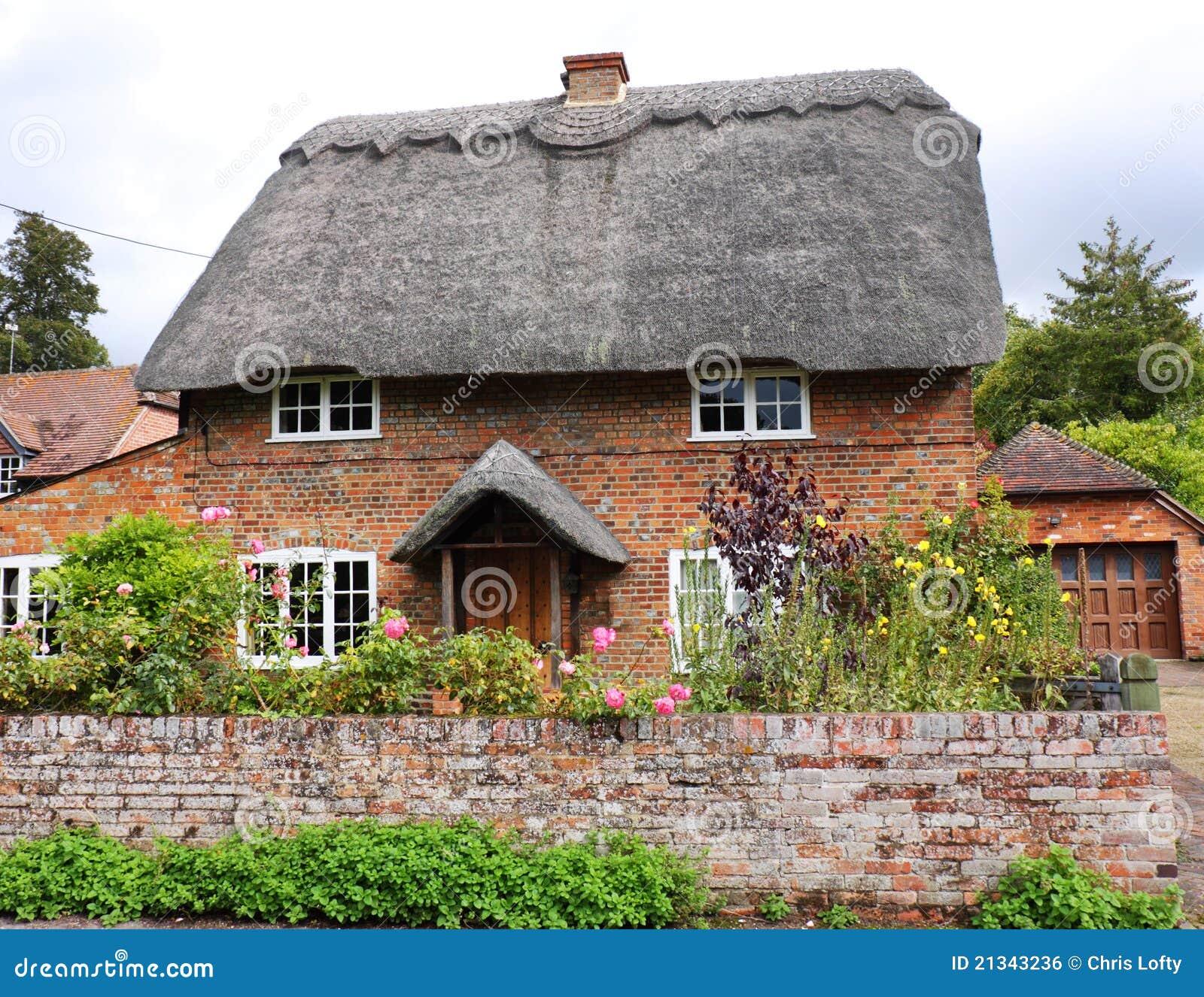 maison et jardin anglais couverts de chaume de village image libre de droits image 21343236. Black Bedroom Furniture Sets. Home Design Ideas