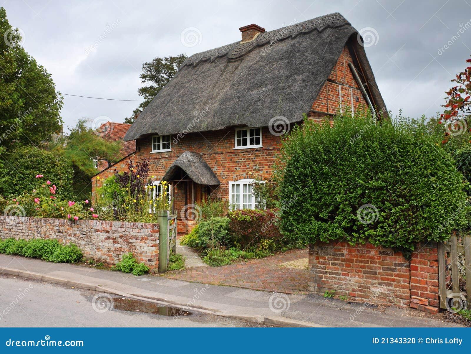 Maison et jardin anglais couverts de chaume de village for Conception jardin anglais