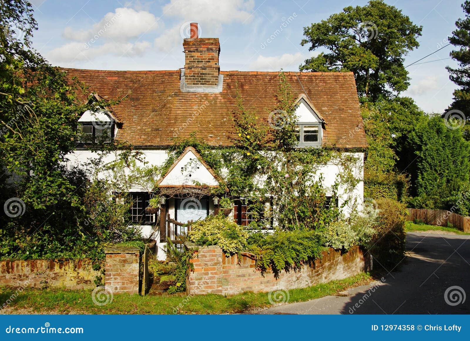 Maison et jardin anglais de village photos libres de for Conception jardin anglais