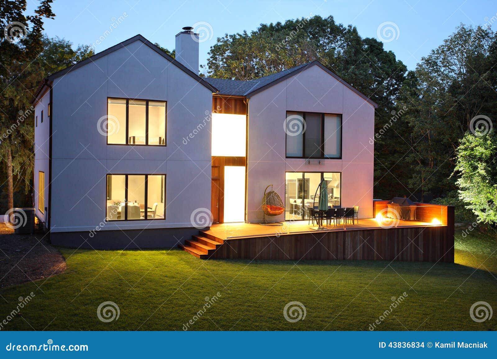 Maison et jardin de luxe modernes photo stock image for Maison et jardin