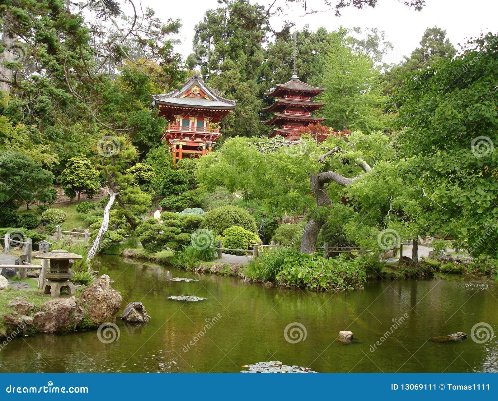 Maison et jardin japonais avec le lac image stock image for Maison et jardin