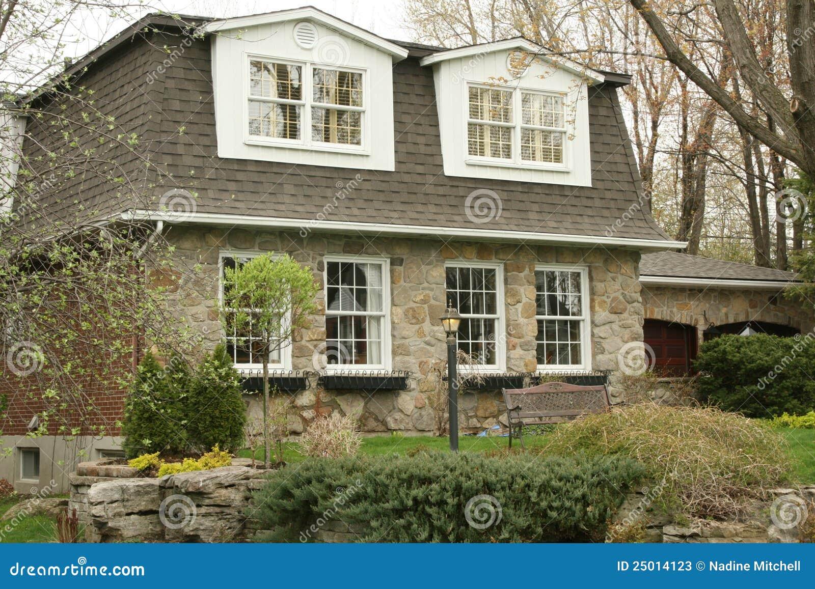 maison ex cutive en pierre avec le toit en mansarde photos. Black Bedroom Furniture Sets. Home Design Ideas