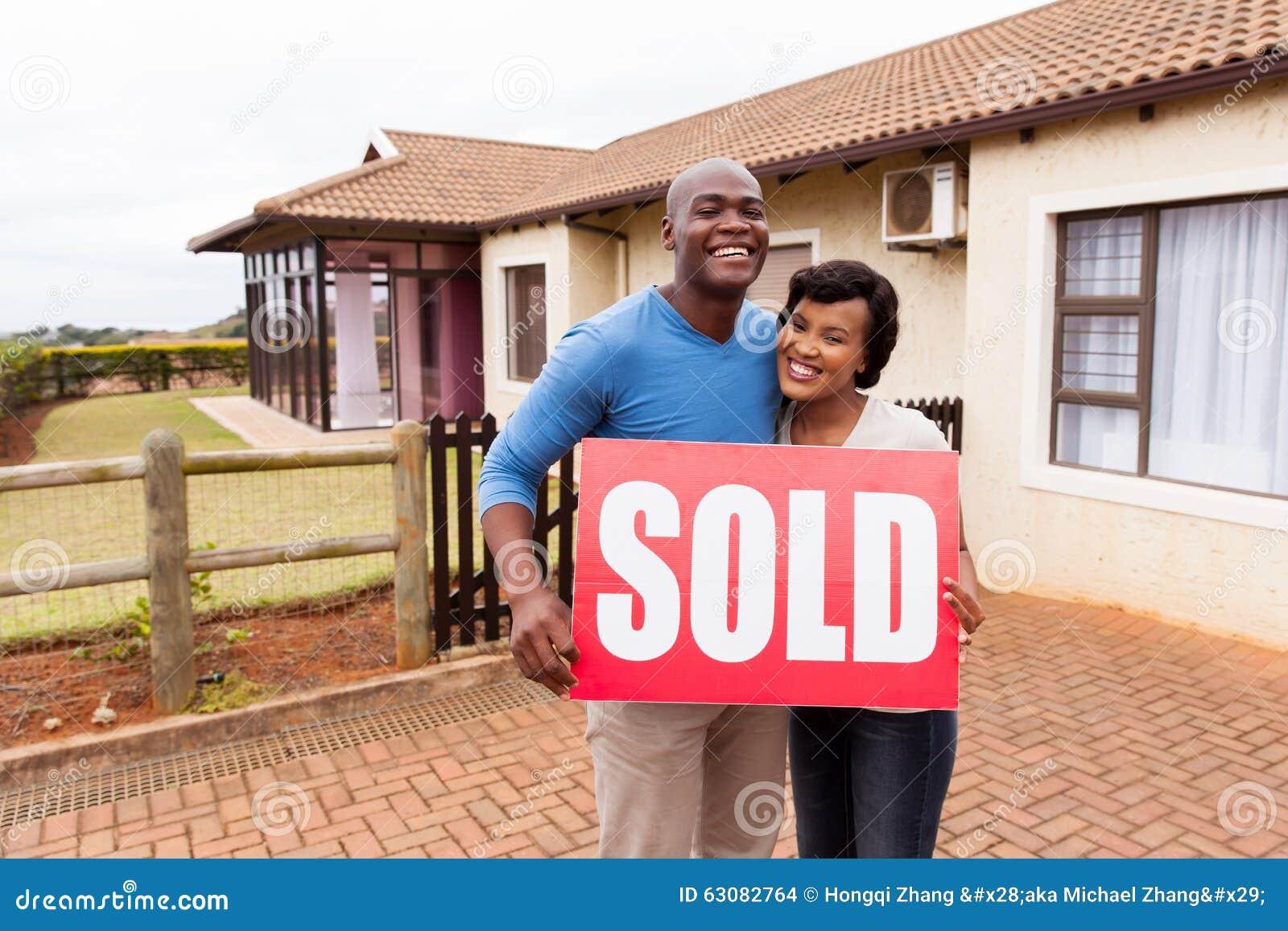 Download Maison Extérieure Debout De Couples Photo stock - Image du patrimoine, africain: 63082764