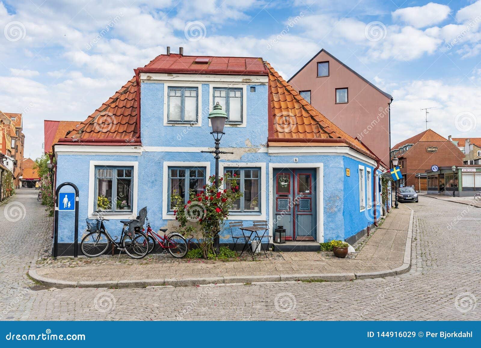 Maison faisante le coin résidentielle bleue Ystad Suède