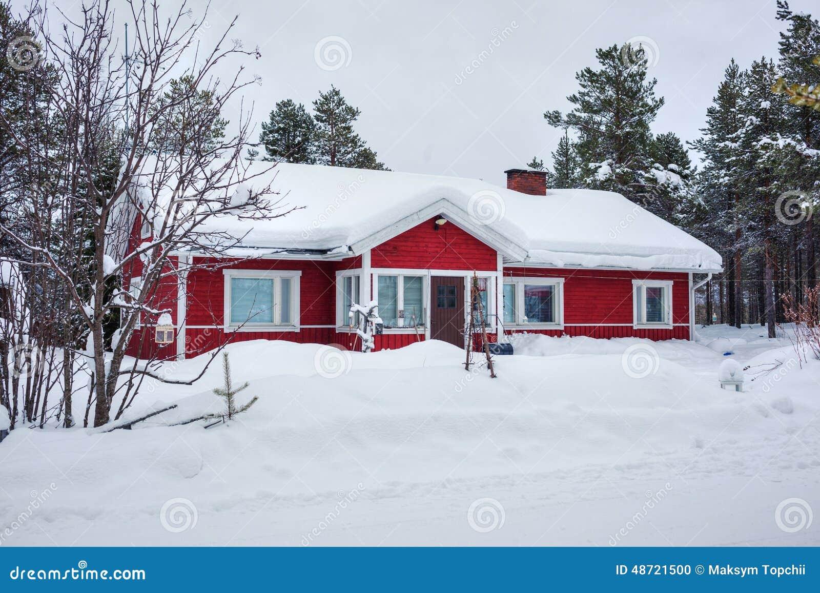 Maison finlandaise en bois rouge photo stock image du for Maison en bois finlandaise