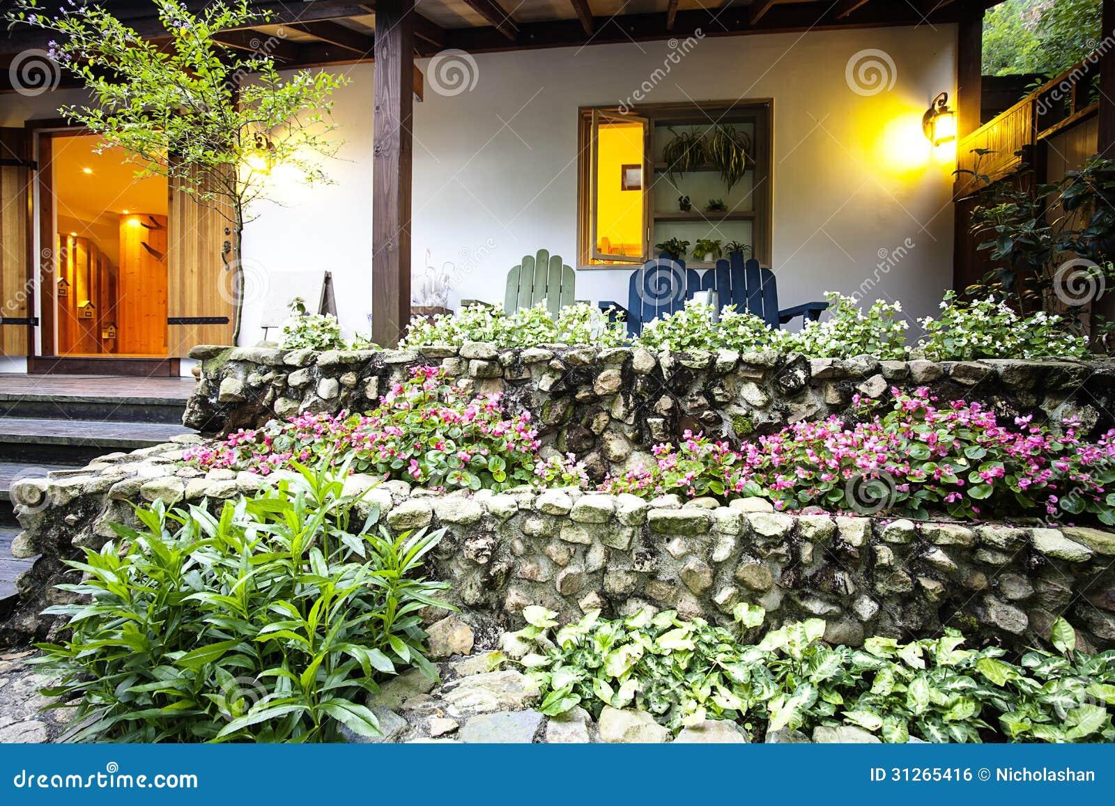 maison gentille avec la belle fleur devant elle image libre de