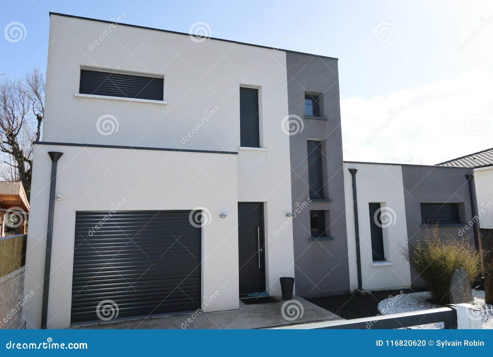 Maison Blanche Et Grise maison grise blanche avec l'extérieur de garage et d'allée
