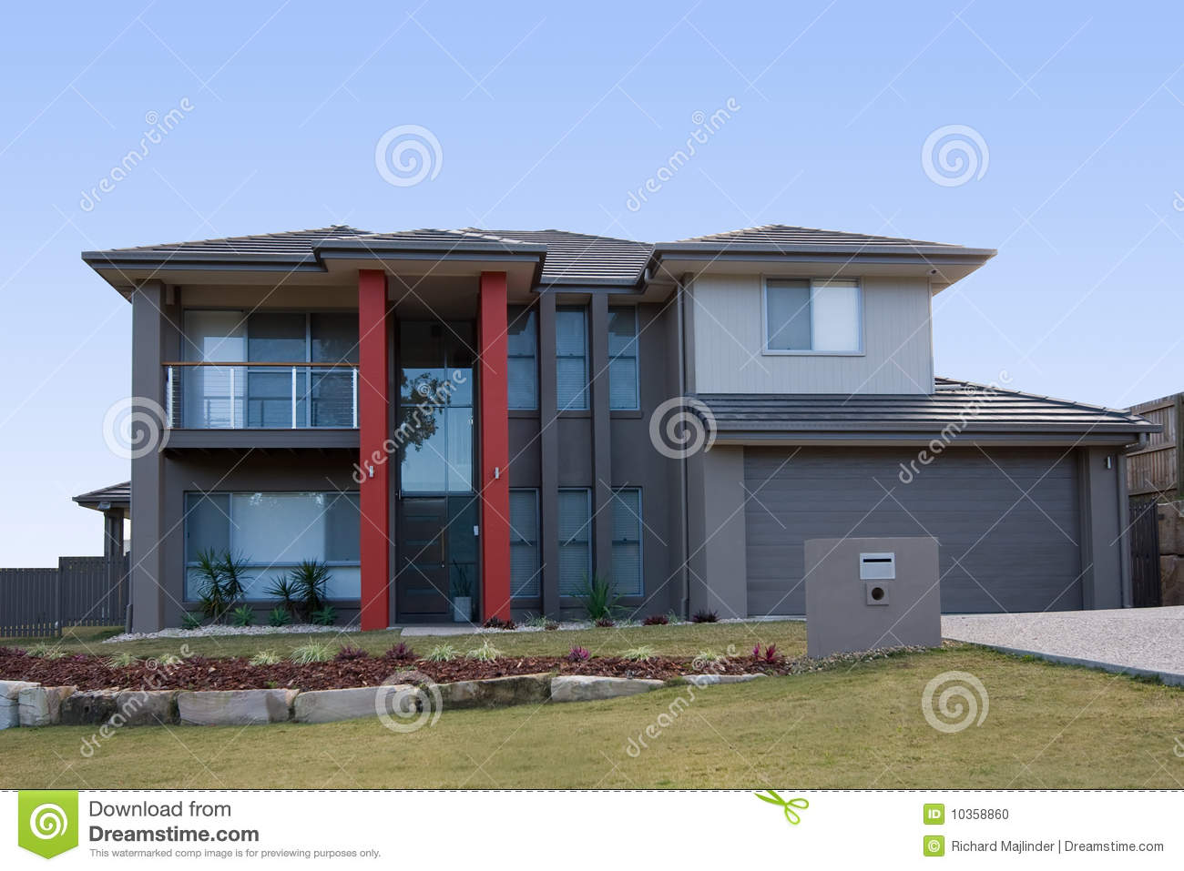Maison Grise Moderne Avec Les Piliers Rouges Photo stock - Image ...