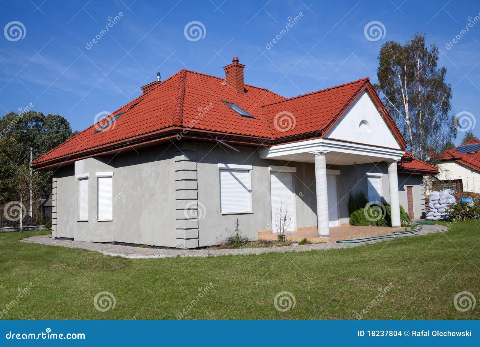 Maison grise unifamiliale photo stock image du vert for Maison moderne grise