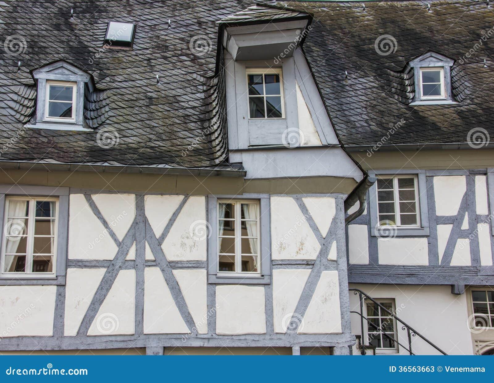 Maison Haf Bois E De Gris Et Blanche Photos Stock Image
