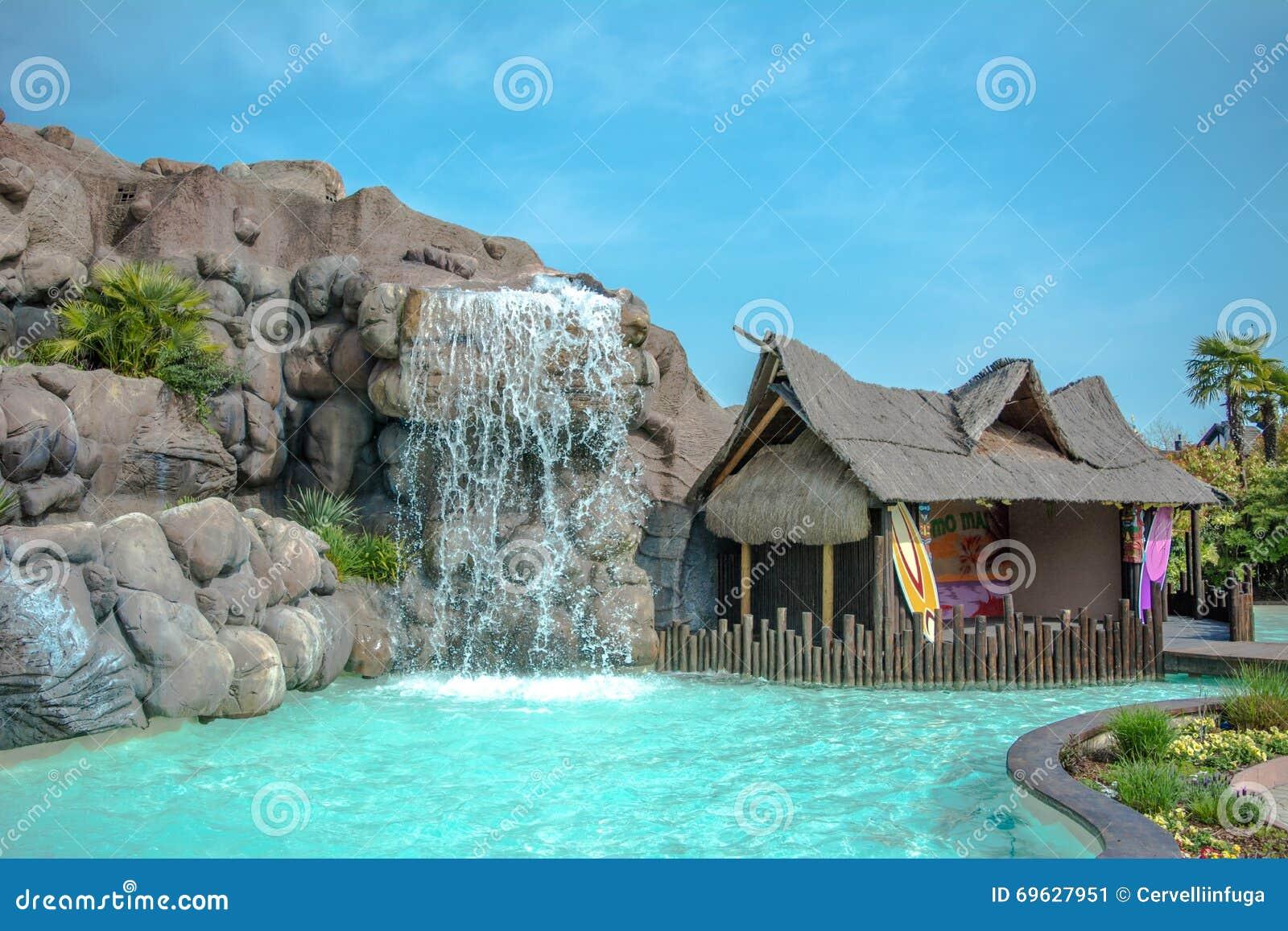 Maison hawa enne avec la piscine et la cascade image stock for Maison de la cascade