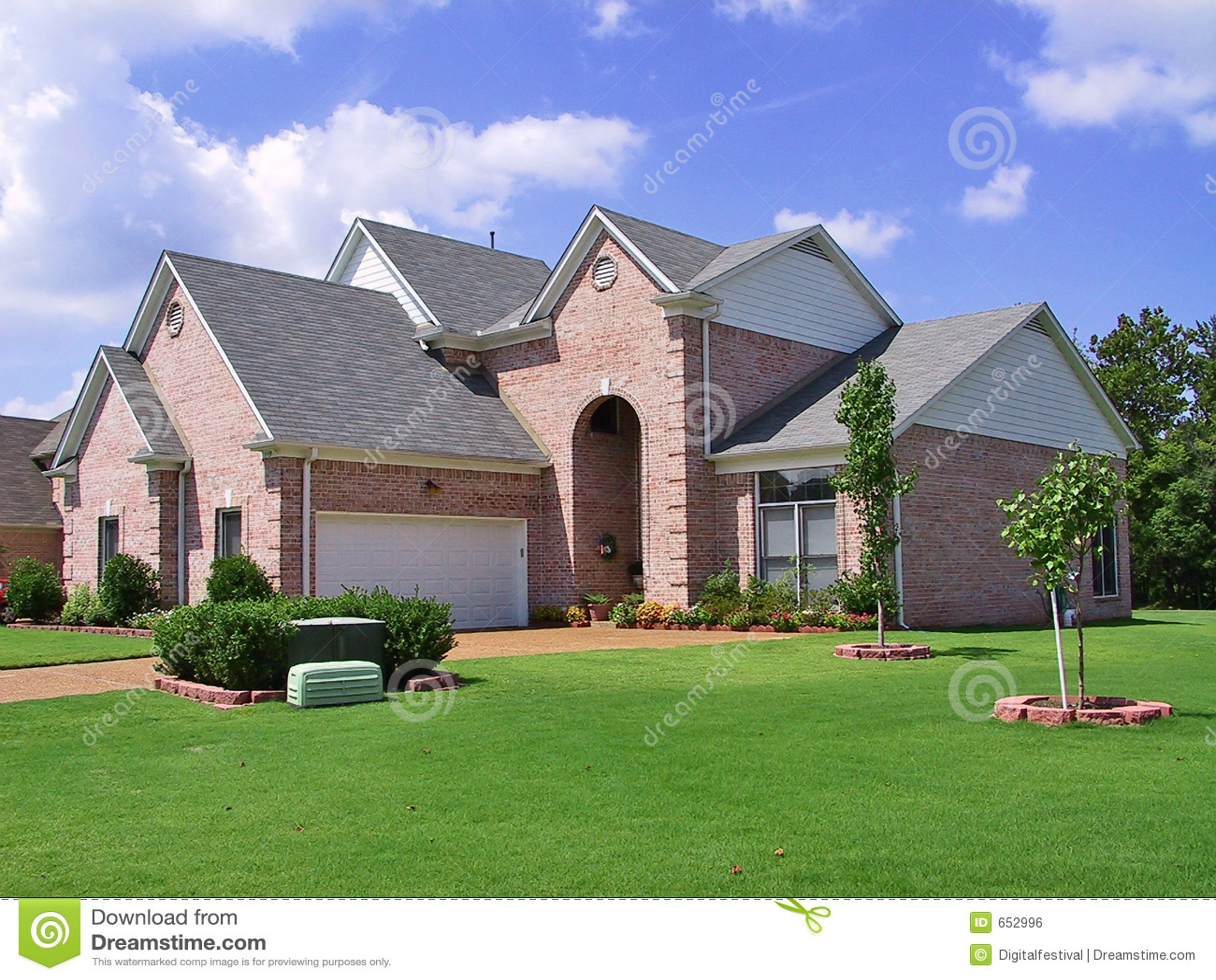 maison individuelle suburbaine riche image libre de droits image 652996. Black Bedroom Furniture Sets. Home Design Ideas