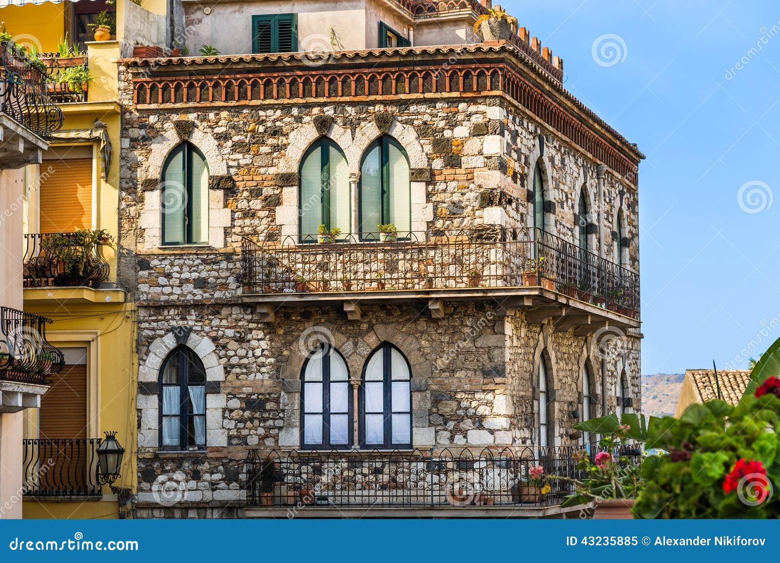 Maison italienne en pierre de style ancien image stock - Construction maison style ancien ...