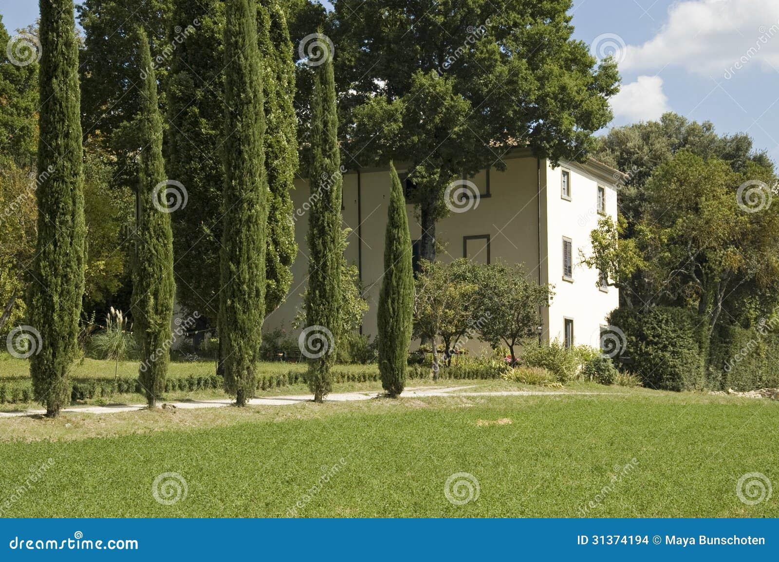 Maison italienne typique avec des cypr s images stock for Maison italienne architecture