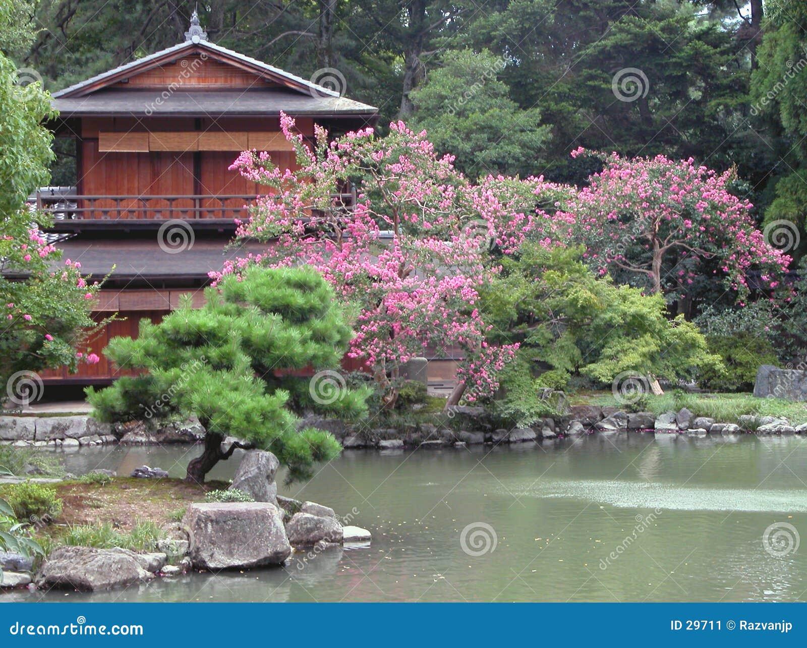 maison japonaise et son jardin image stock image 29711. Black Bedroom Furniture Sets. Home Design Ideas