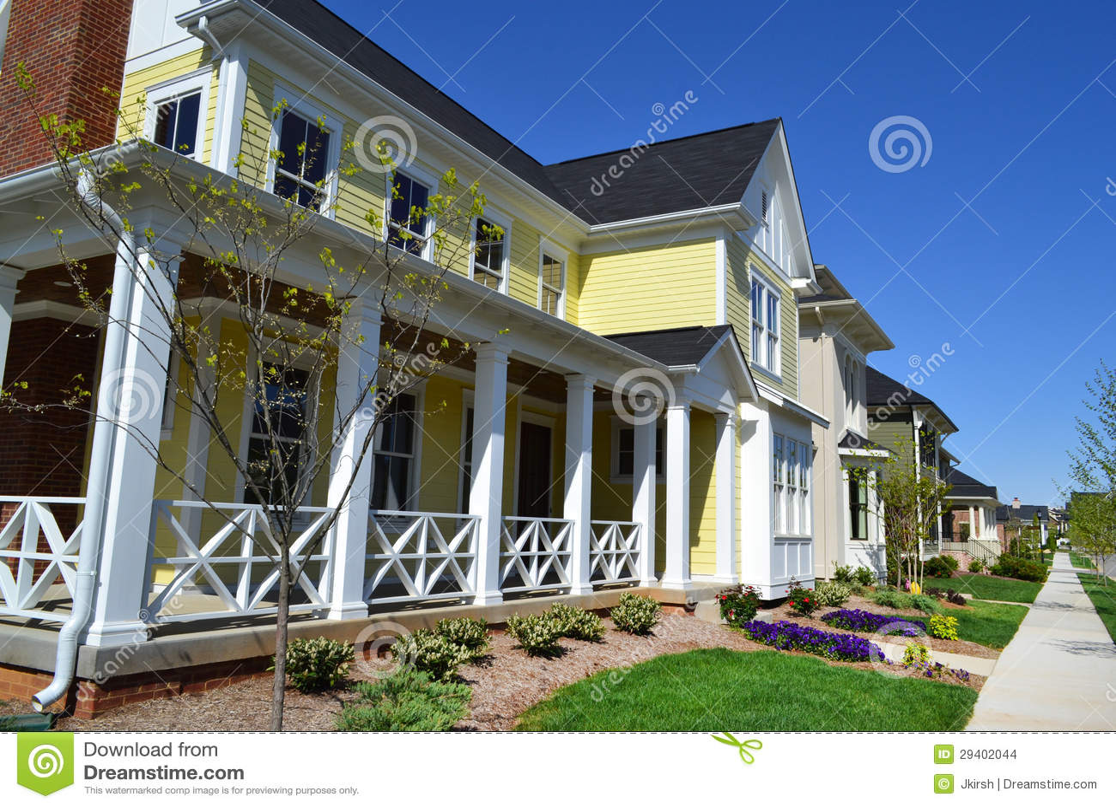 maison jaune toute neuve de r ve de cape cod de style de la nouvelle angleterre photo stock. Black Bedroom Furniture Sets. Home Design Ideas